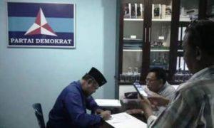 Tokoh sentral pendiri Provinsi Kepulauan Riau (Kepri) H Huzrin Hood resmi mendaftar sebagai pendamping Nurdin Basirun (Calon Wakil Gubernur,red) ke Partai Demokrat (PD), Sabtu (21/5) kemaren.Foto Istimewa