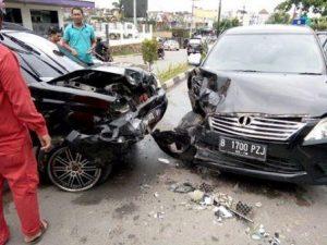 Inilah kondisi dua mobil yang terlibat kecelakaan di Jalan D.I Panjaitan Kilometer 9 Tanjungpinang tadi siang. Foto istimewa