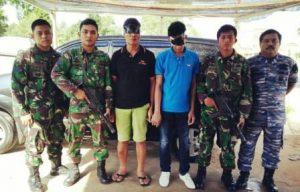 Inilah dua pelaku pemasok Narkoba yang ditangkap Tim WFQR Lantamal IV Tanjungpinang, Senin (11/5) lalu. Foto Istimewa