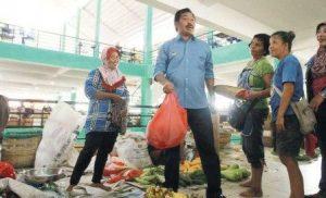 Plt Gubernur Provinsi Kepri Nurdin Basirun saat kunjungi pasar puan Kabupaten Karimun. Foto Batam Pos