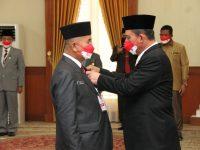 Ansar Sematkan Kehormatan Satyalancana Karya Satya Buat ASN