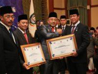 Nurdin Berikan Piagam Penghargaan Kepada Lis Darmansyah