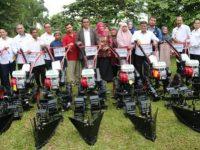 Kelompok Tani Bintan Dapat Traktor Roda Empat dan 9 unit Cultivator