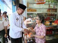 Jelang Imlek, Syahrul-Rahma Bagikan Jeruk ke Warga Tionghoa