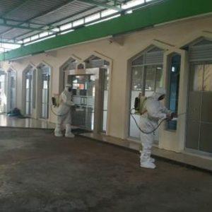 12 Masjid di Tanjungpinang Disemprot Disinfektan
