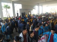 Mahasiswa Gelar Aksi Demo di Gedung DPRD Kepri, Desak Jokowi Revisi Perpres TKA