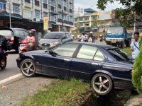 Mobil BMW Nyungsep ke Parit Batu 8 Atas