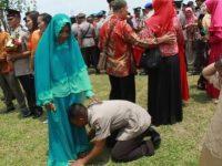 Lulus Pendidikan, Bintara Remaja Ini Cium Kaki Ibunya