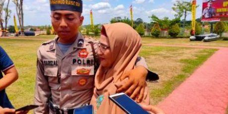 Hanya Jual Kue Keliling Kampung, Ibu Hebat di Lingga Ini Antarkan Anaknya Jadi Polisi