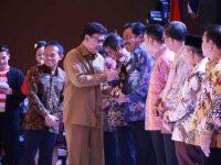 Gubernur Terima Adhi Purna Karya Award